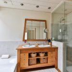 Meubles en bois dans la salle de bains : avantages et inconvénients