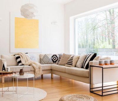 L'harmonie est assurée avec la couleur beige dans un salon